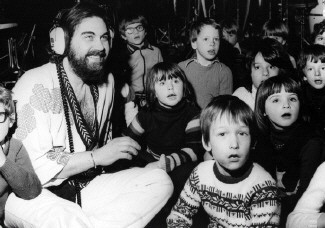 Vangelis together with the children of the Orleons Infant School Twickenham.